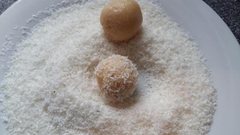 Brasilianische Köstlichkeiten Brigadeiros und Beijinhos